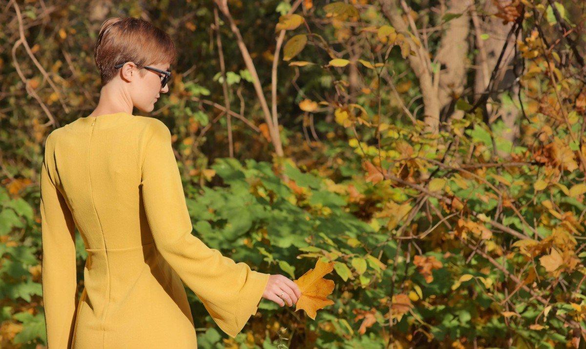 Teaserbild mit gelbem Kleid und Ahornblatt