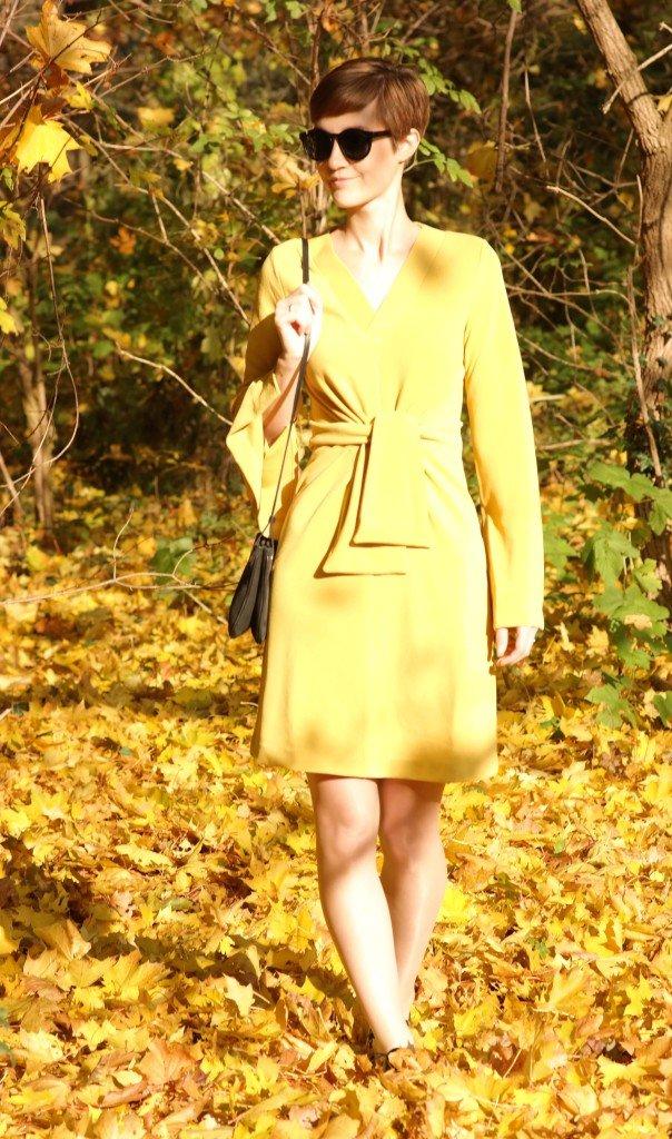 Outfit mit gelbem Kleid im Herbstlaub