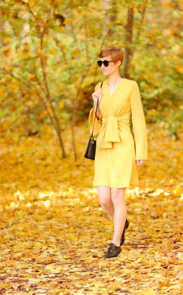 Spaziergang durch Herbstlaub