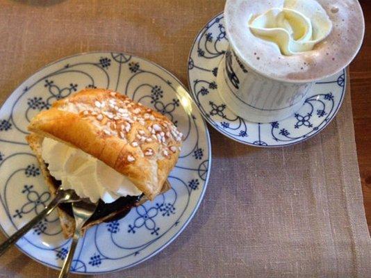 Friesentorte und heiße Schokolade