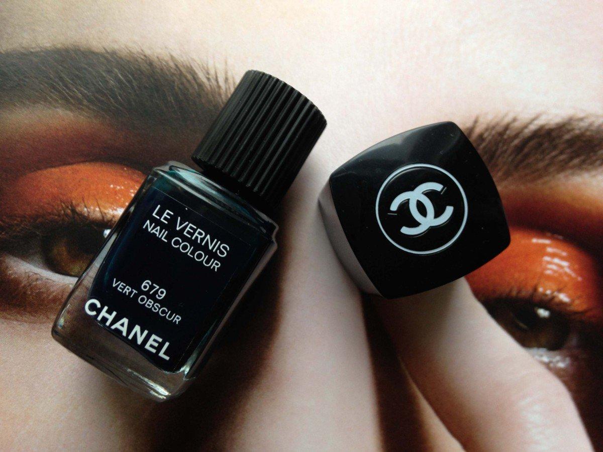 """Nagellackflasche in der Farbe """"Vert Obscur"""" von Chanel"""