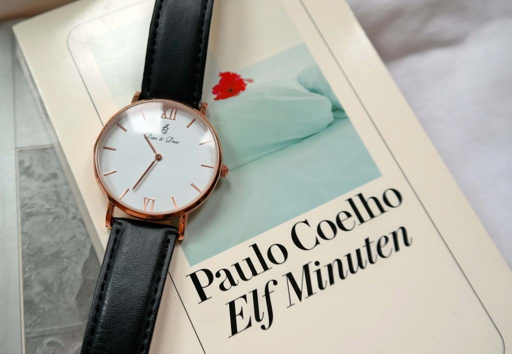 """Armbanduhr von Dan & Deer und """"Elf Minuten"""" von Paulo Coelho"""
