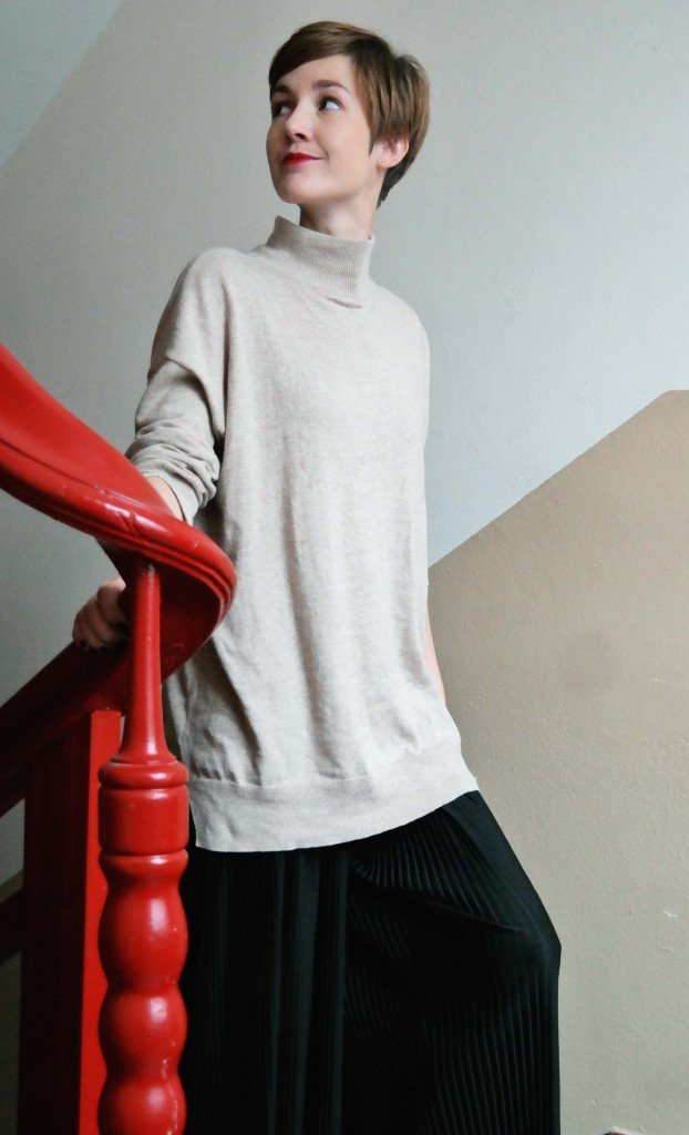Outfit Rollkragen mit Hose aus Plissée