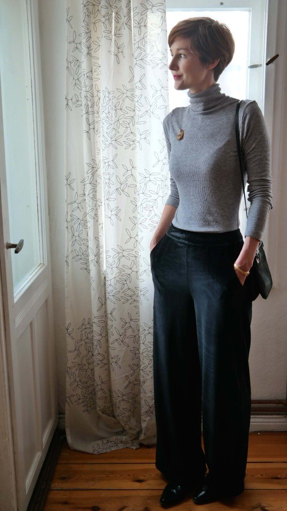 Outfit mit Samthose und Rollkragen