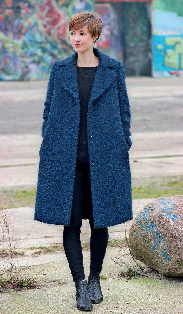 Schwarzes Outfit und blauer Mantel