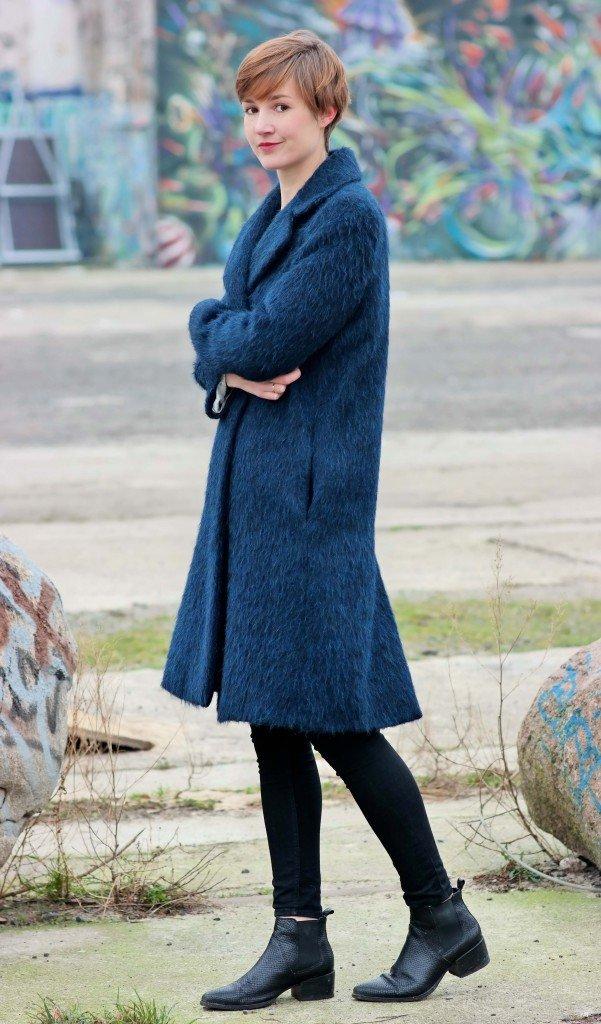 Blauer Mantel von And Other Stories