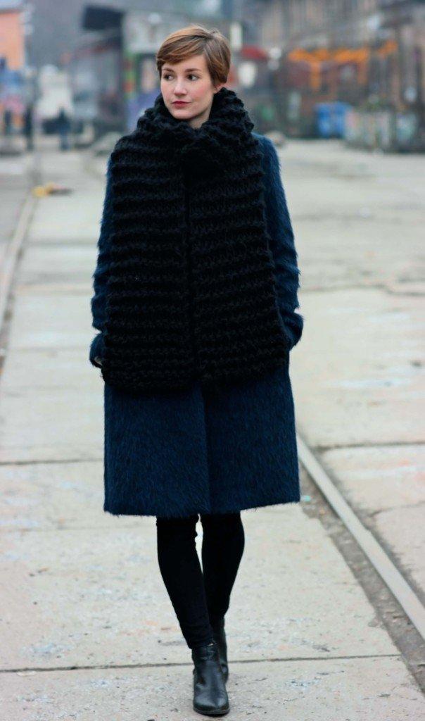 Blauer Mantel und schwarzer XXL Schal