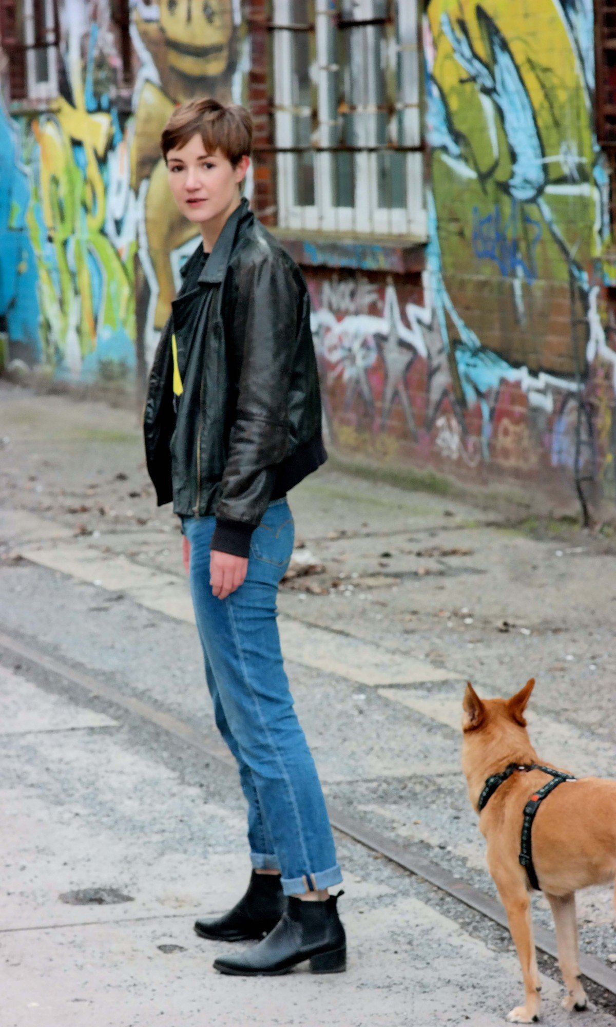 Outfit mit Lederjacke und Jeans