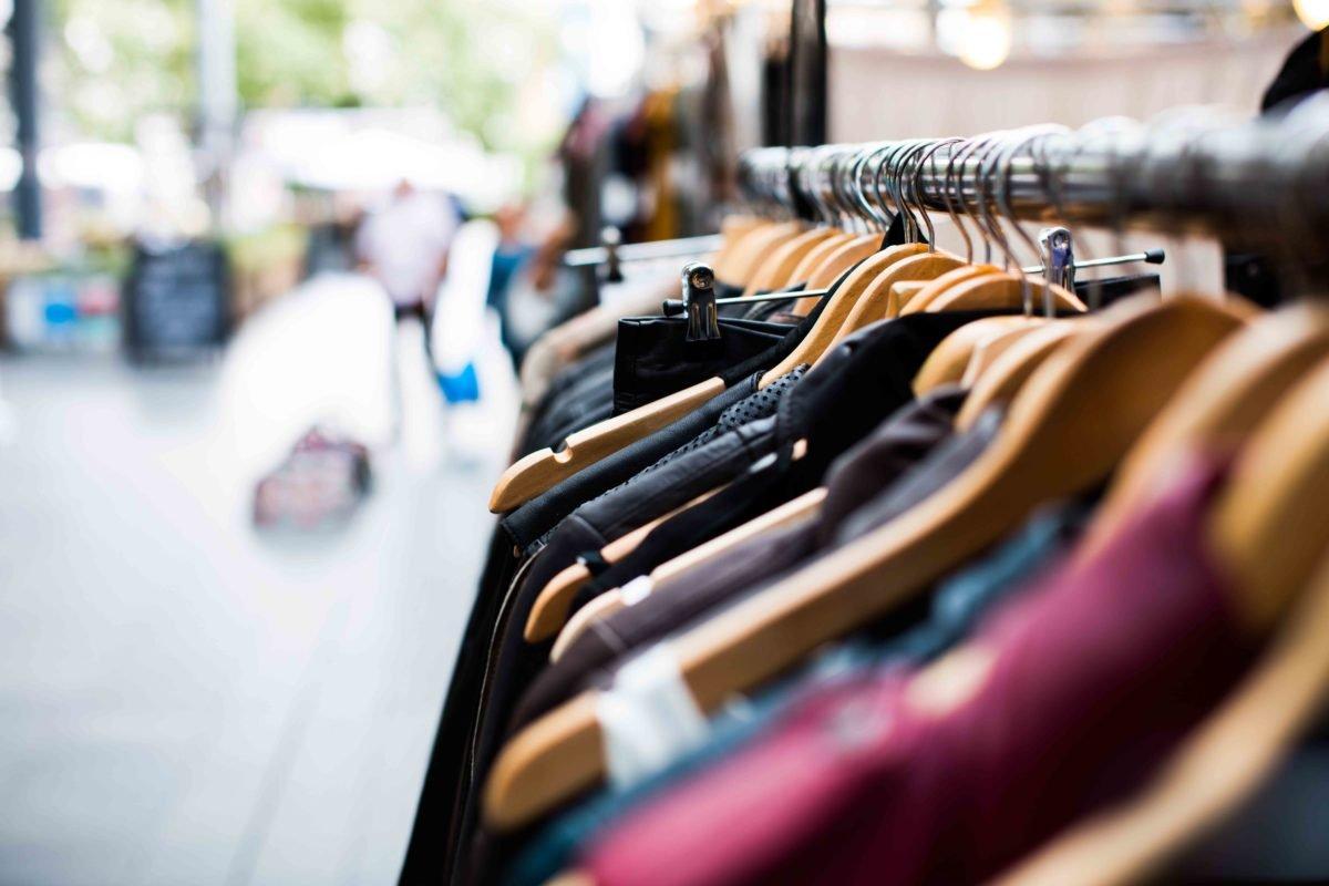 Kleiderstange mit Kleidung