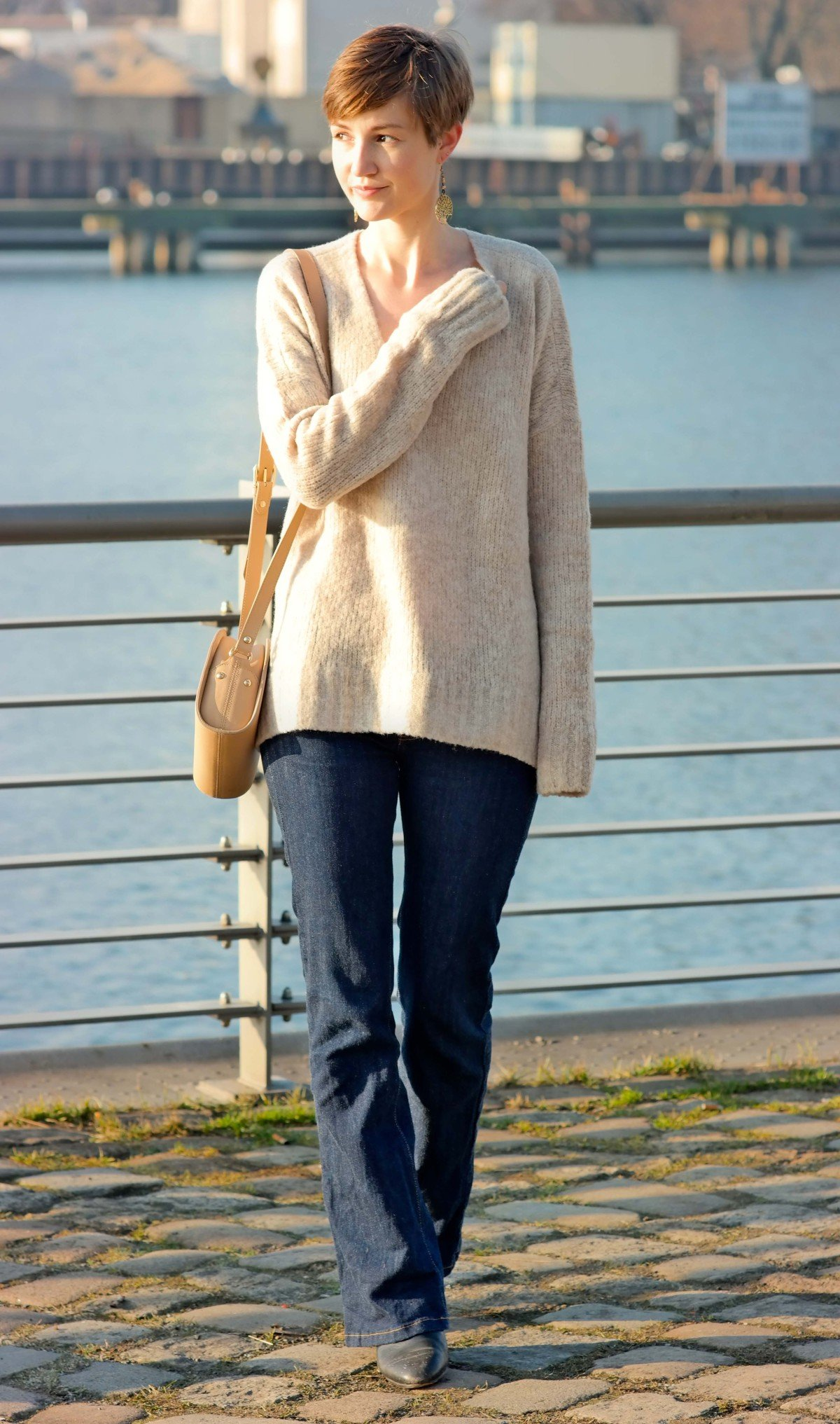 Gesamtaufnahme Outfit mit Pullover von Edited x Lena Terlutter