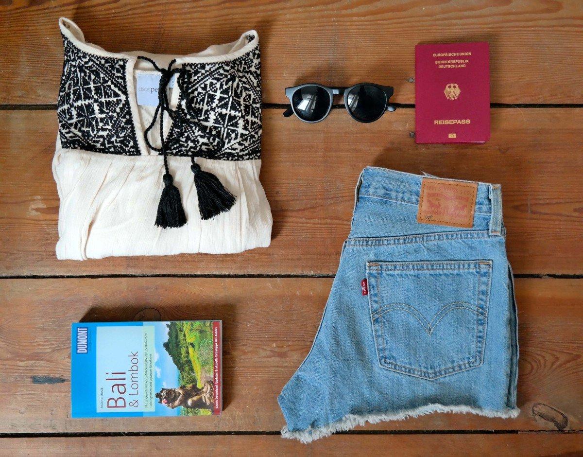 Flatlay mit Gepäck für Bali