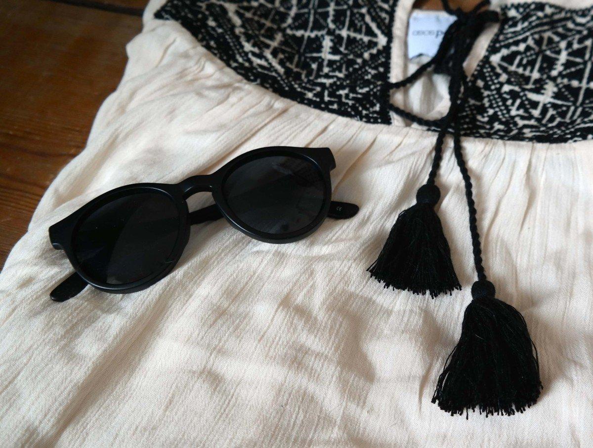 Sonnenbrille von LeSpecs und Kleid von Asos