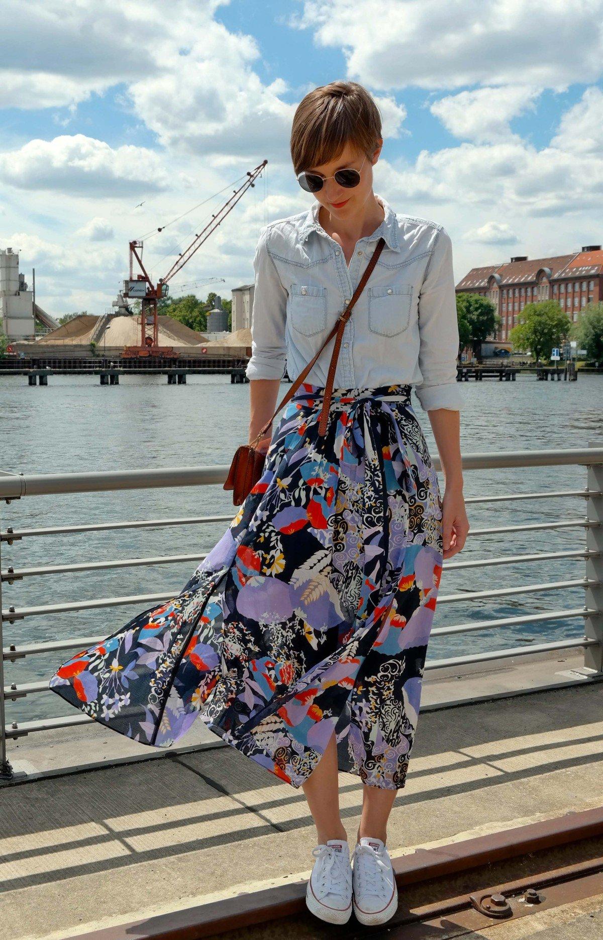 Outfit mit Midirock, Jeanshemd und Chucks