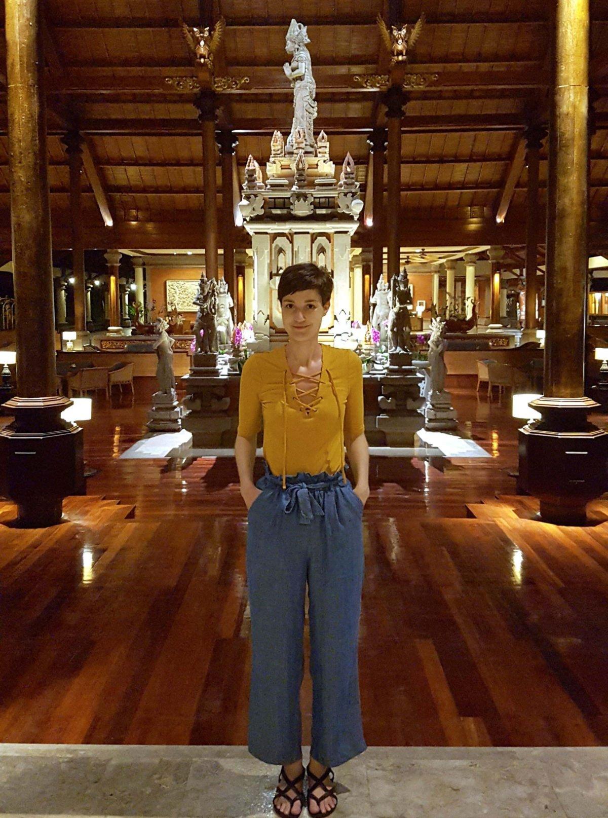 Mein Outfit in der Lobby des Ayodya Hotels Bali