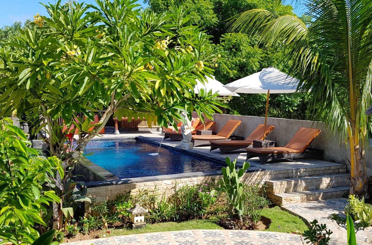 Pool und Garten des Akah Cottage
