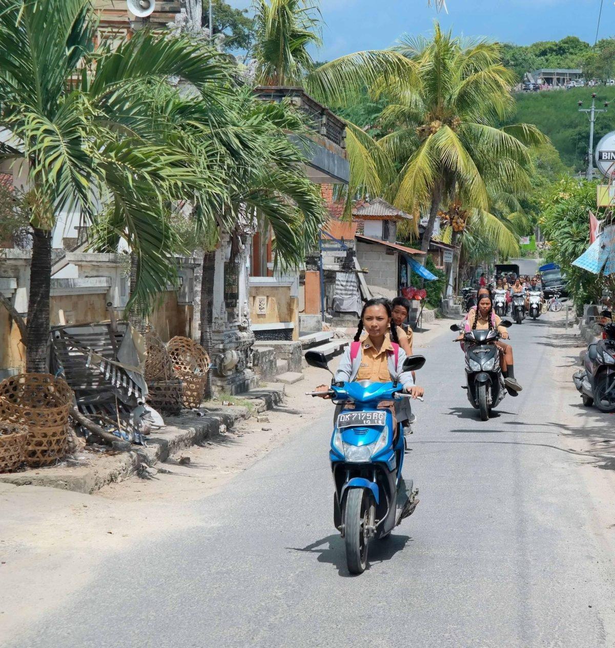 Schulkinder auf Nusa Lembongan