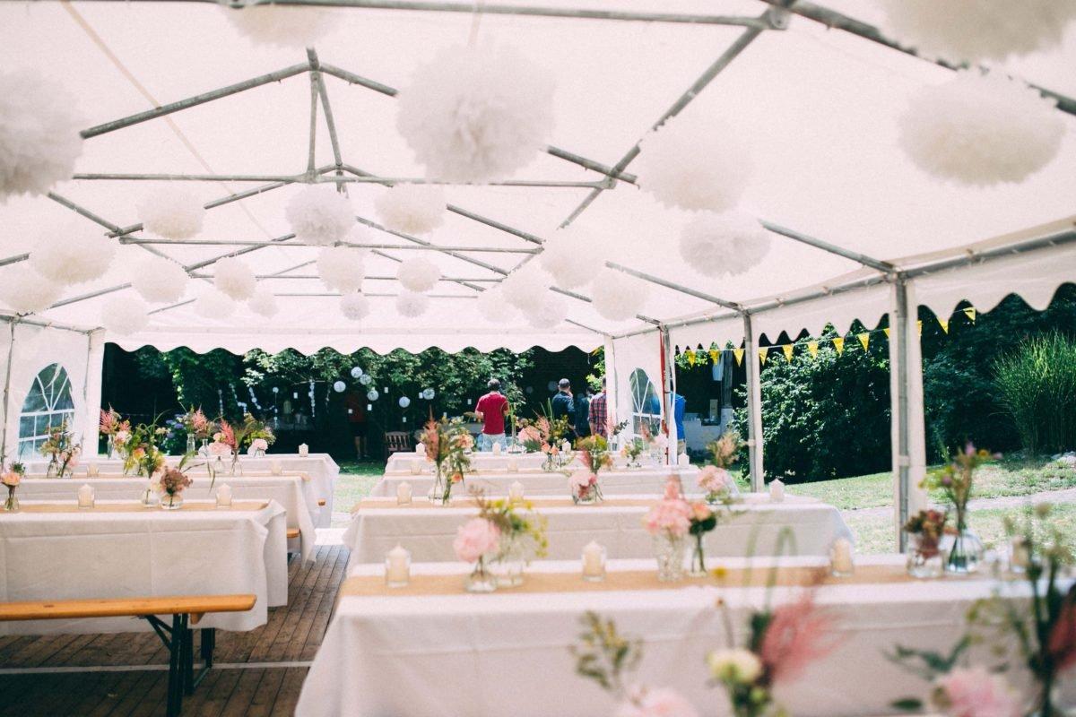 Hochzeitsdeko im Zelt