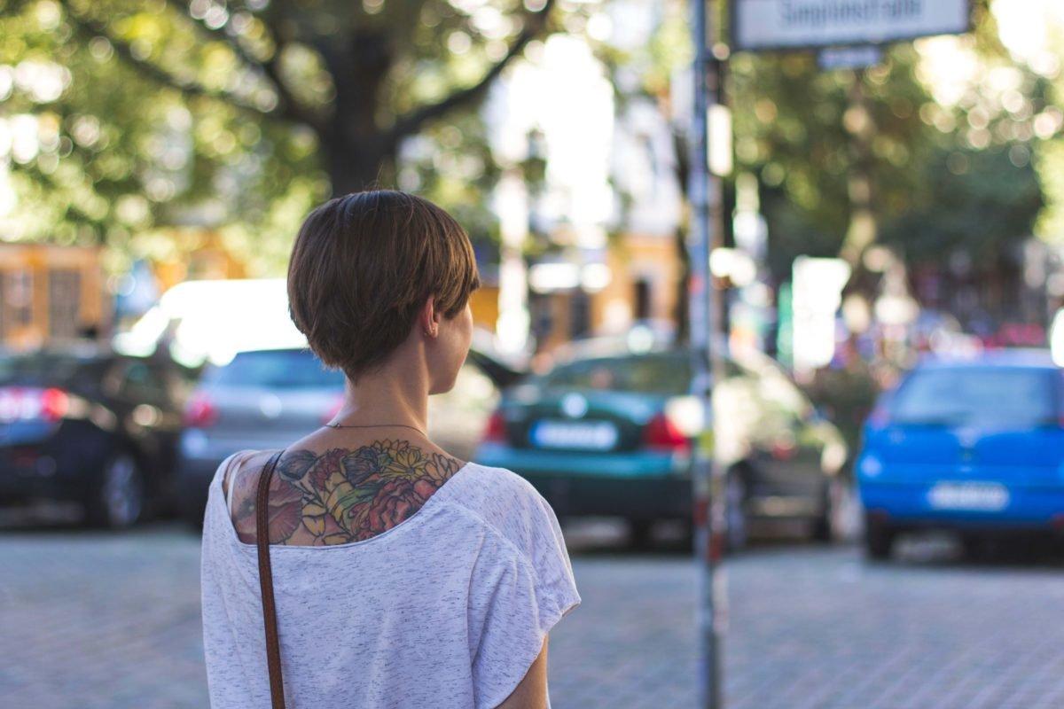 Rückenansicht mit Tattoo