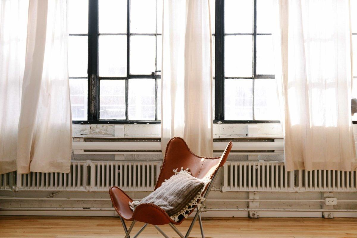 Stuhl vor großem Fenster