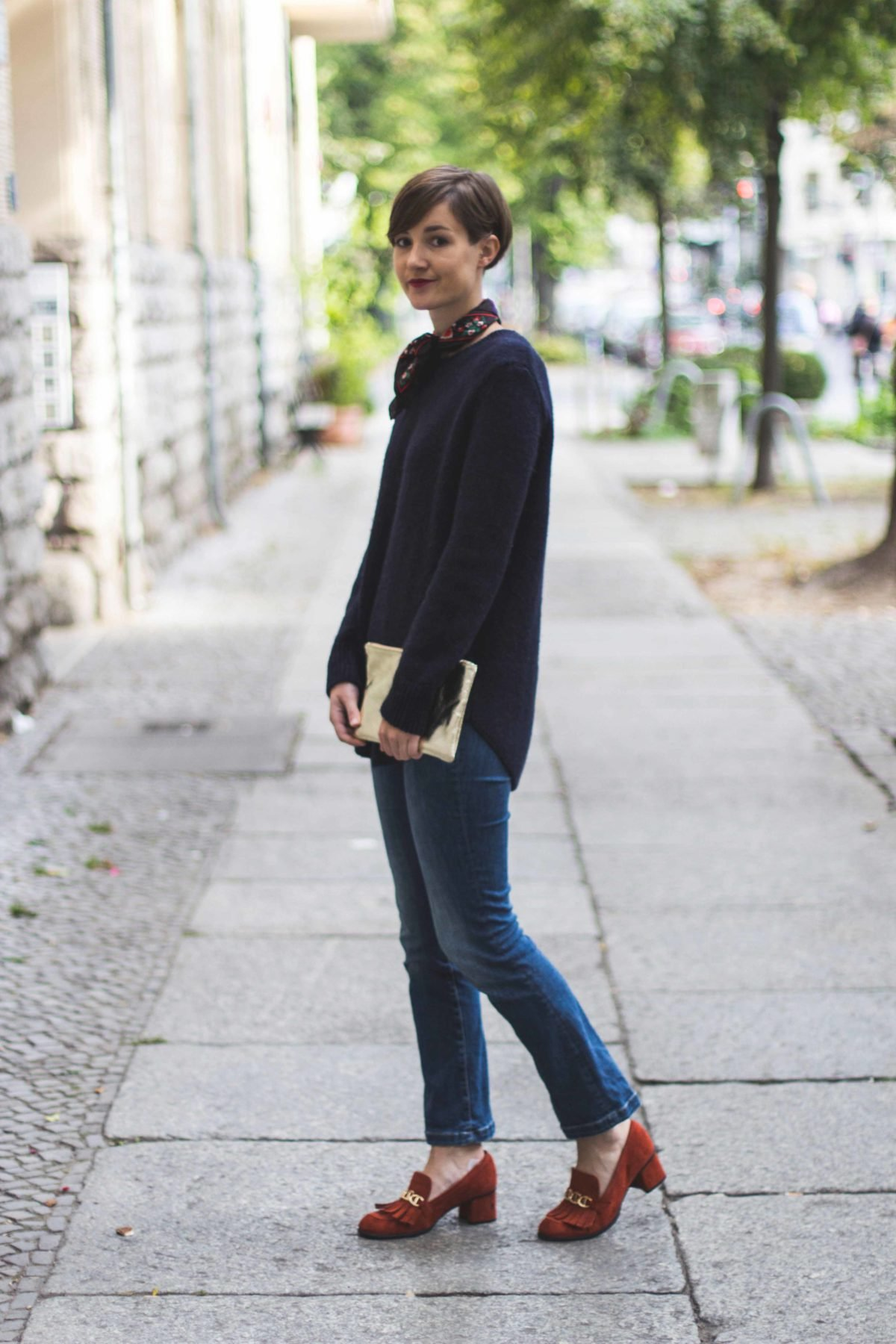 Outfit mit blauem Pullover, Jeans und rote Loafer