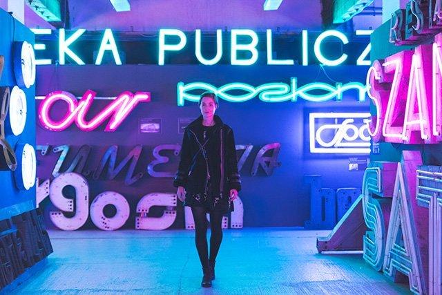 Sonja im Neon Museum Warschau