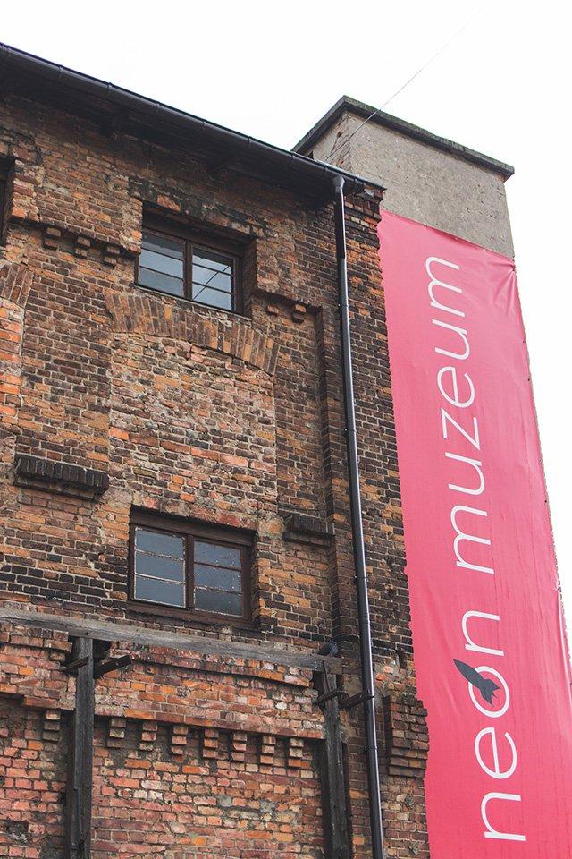 Eingang zum Neon Museum in Warschau