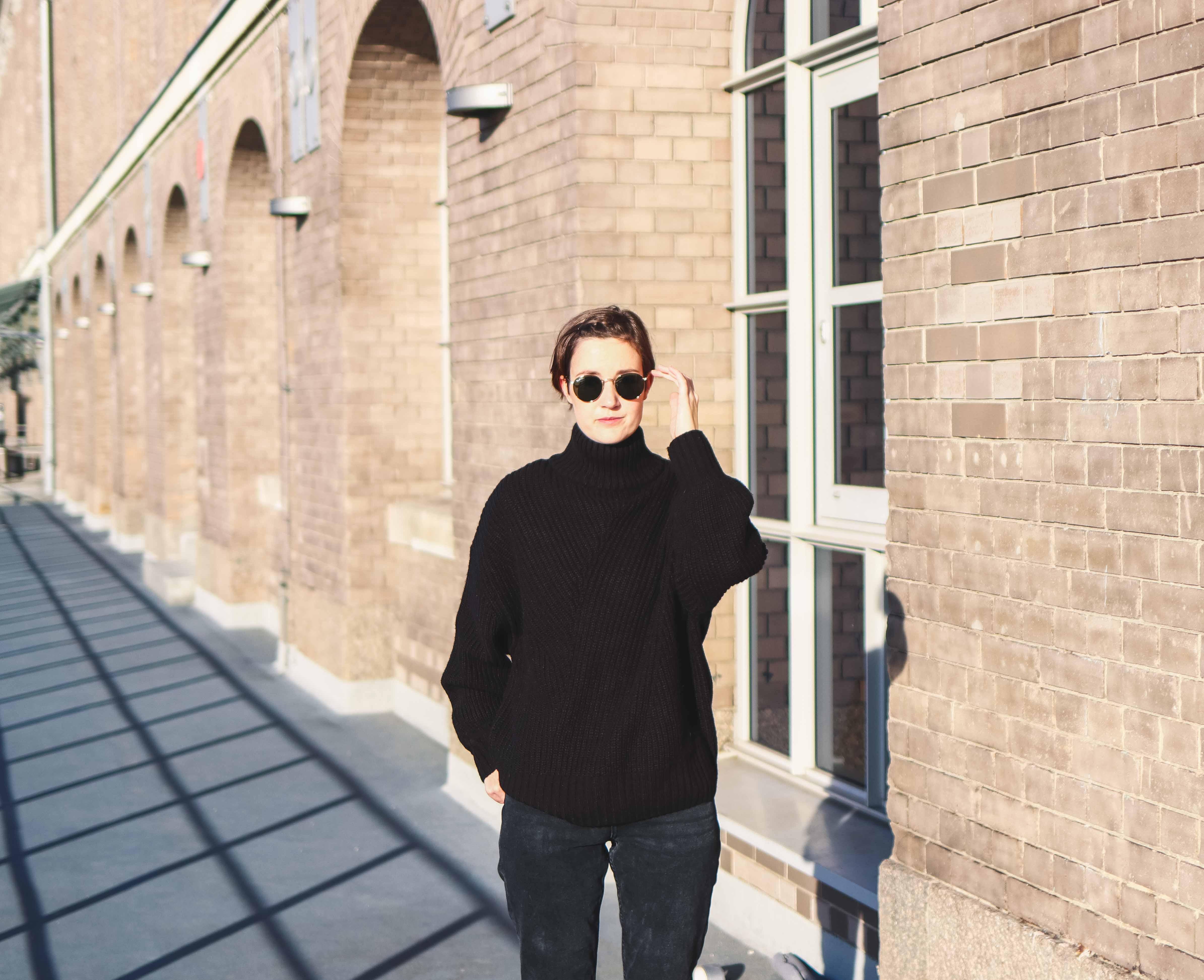 Outfit mit Pullover von Weekday und Sonnenbrille von Ray-Ban