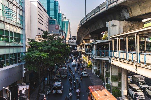 Kreuzung und Haltestelle Sala Daeng in Bangkok
