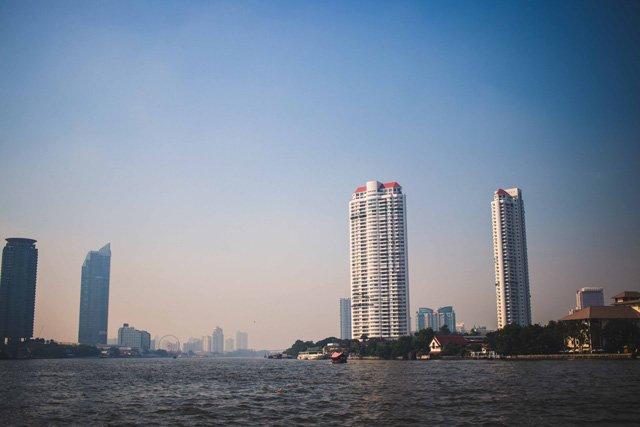 Aussicht vom Fluss auf Bangkok