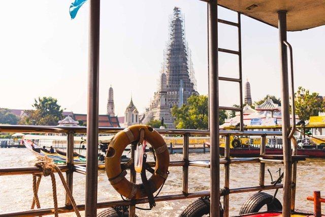 Aussicht vom Boot auf Tempel in Bangkok