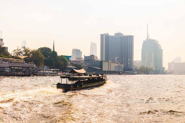 Wassertaxi auf dem Chao Phraya in Bangkok