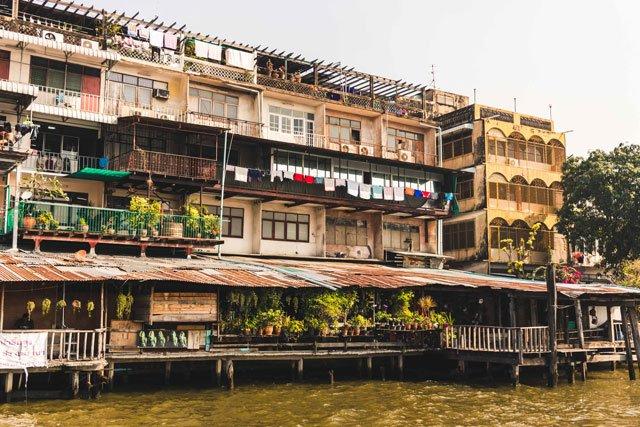Gebäude am Ufer des Chao Phraya in Bangkok