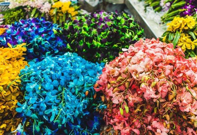Farbige Blüten auf dem Flower Market in Bangkok