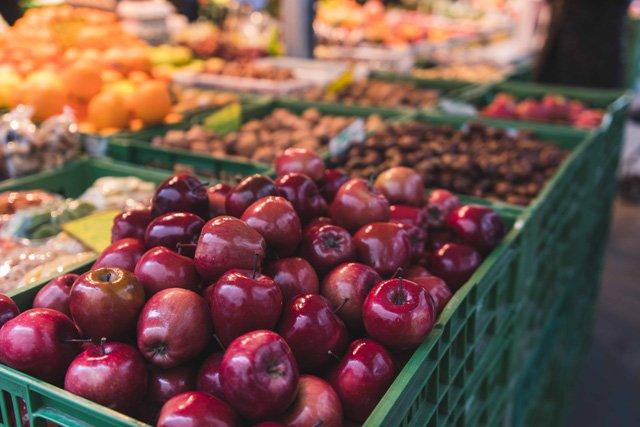 Äpfel auf dem Grünmarkt in Salzburg