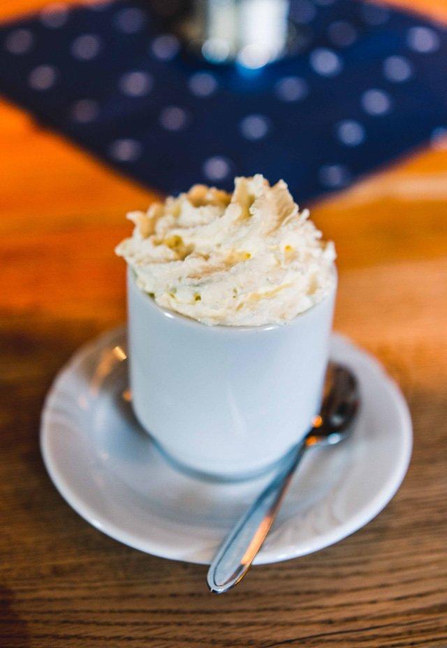 Tasse Kakao auf der Laireiter Alm
