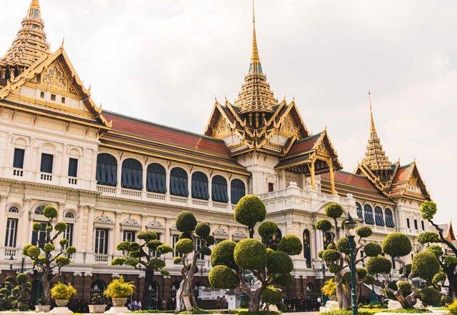 Trauernde Besucher am Königspalast in Bangkok