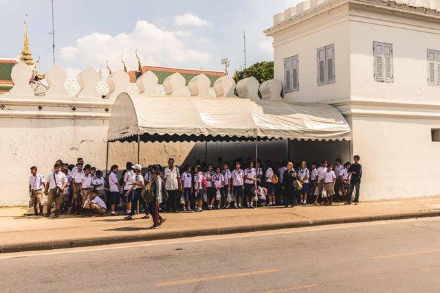 Schulkinder am Royal Palace in Bangkok