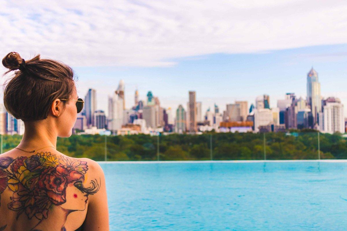 Blick vom So Sofitel über Pool und Lumpini Park in Bangkok