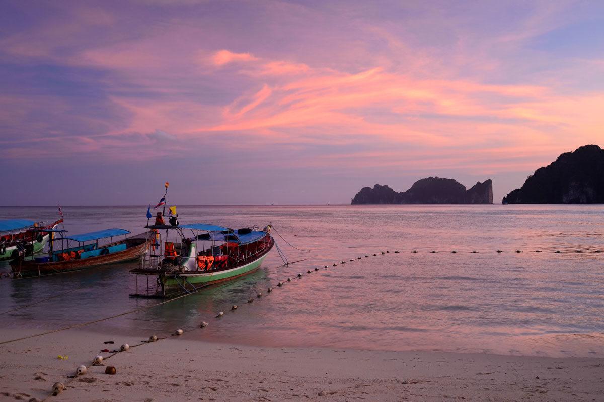 Boote am Strand von Thailand