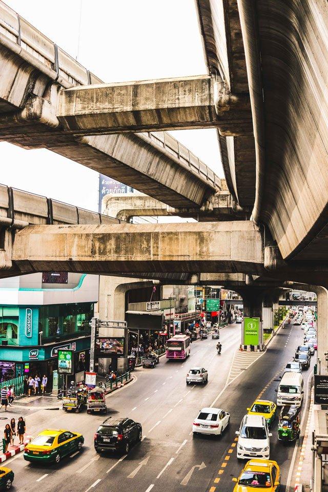 Verkehr und Skytrain in Bangkok