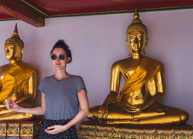 Porträt zwischen Buddhas in Wat Pho in Bangkok
