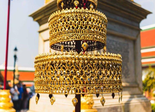 Goldene Dekoration im Wat Phra Kaeo Tempel in Bangkok