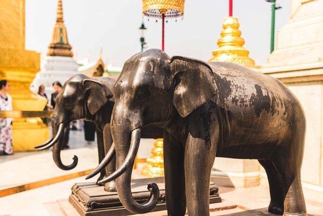Elefanten Figuren im Wat Phra Kaeo Tempel in Bangkok