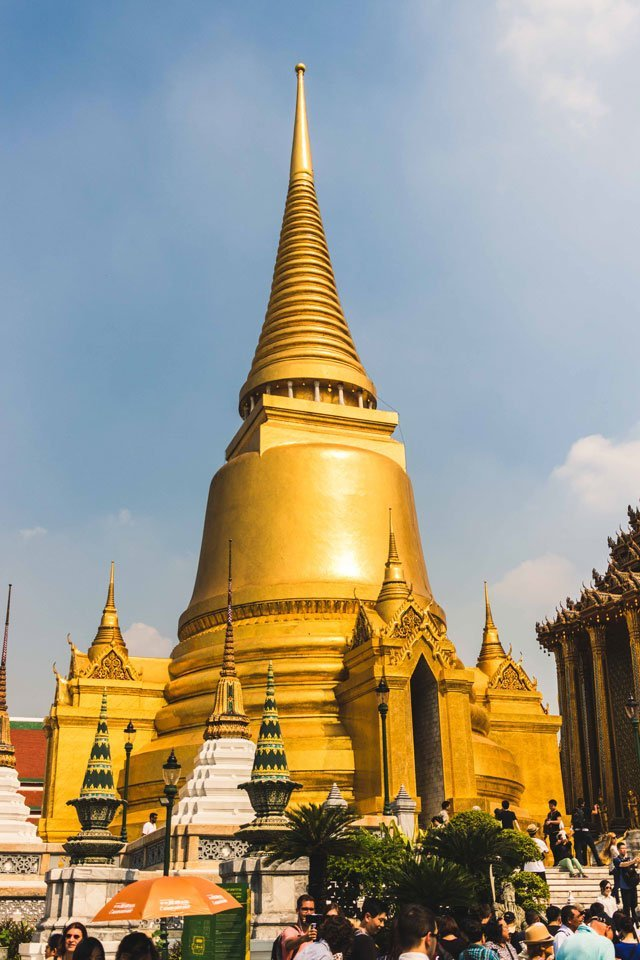 Goldener Turm des Wat Phra Kaeo Tempels in Bangkok