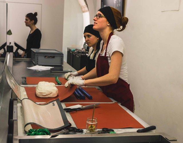 Mitarbeiterinnen in der Zuckerlwerkstatt Salzburg