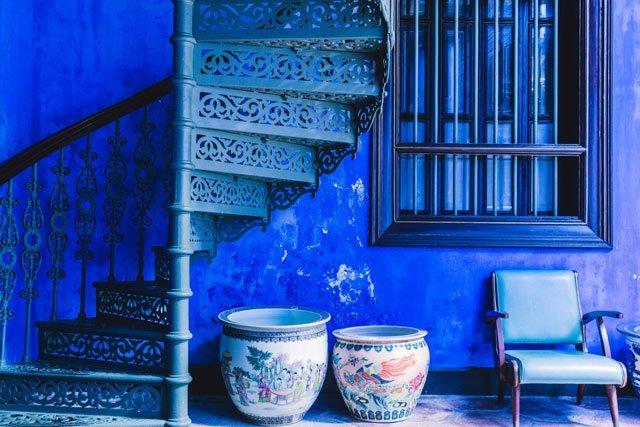Sessel und Wendeltreppe im Cheong Fatt Tze Blue Mansion Hotel