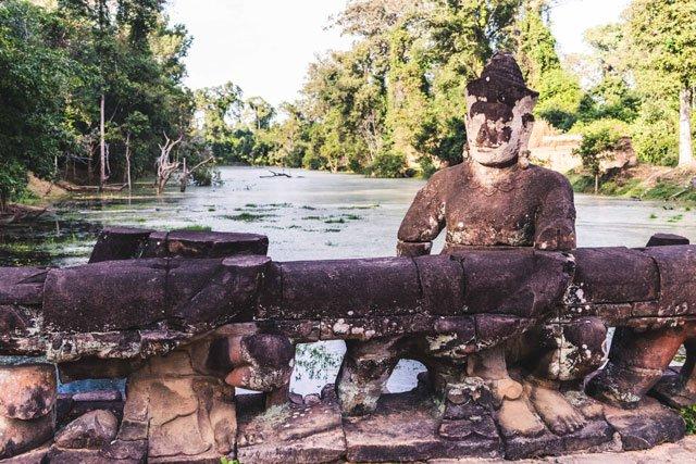 Brücke mit Statue bei Angkor Wat