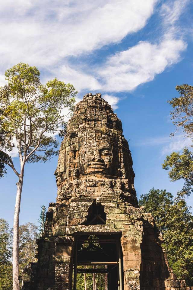 Lächelnde Khmer Statue in Angkor Wat