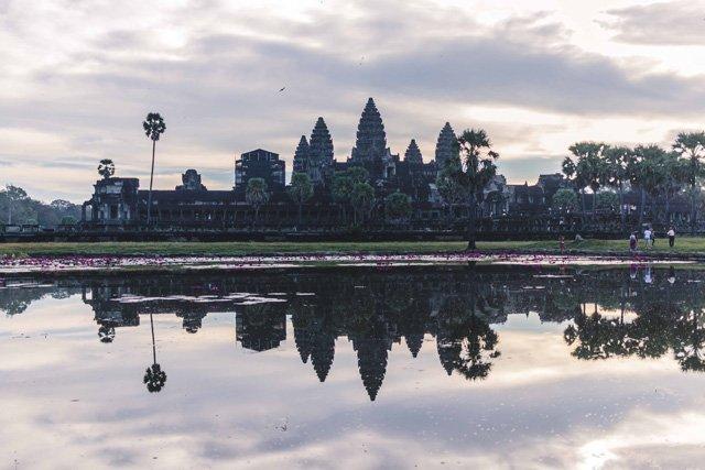 Angkor Wat spiegelt sich im Wasser
