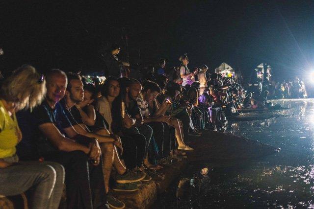 Touristen warten auf den Sonnenaufgang bei Angkor Wat